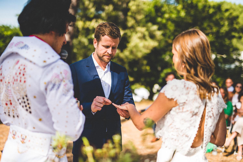 Photographie de mariage pendant la cérémonie laïque.