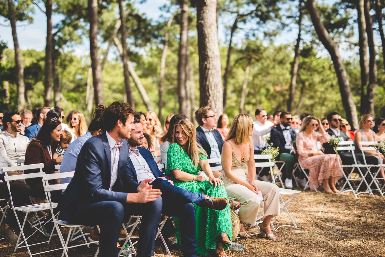 Photographe de mariage pendant la cérémonie laïque.