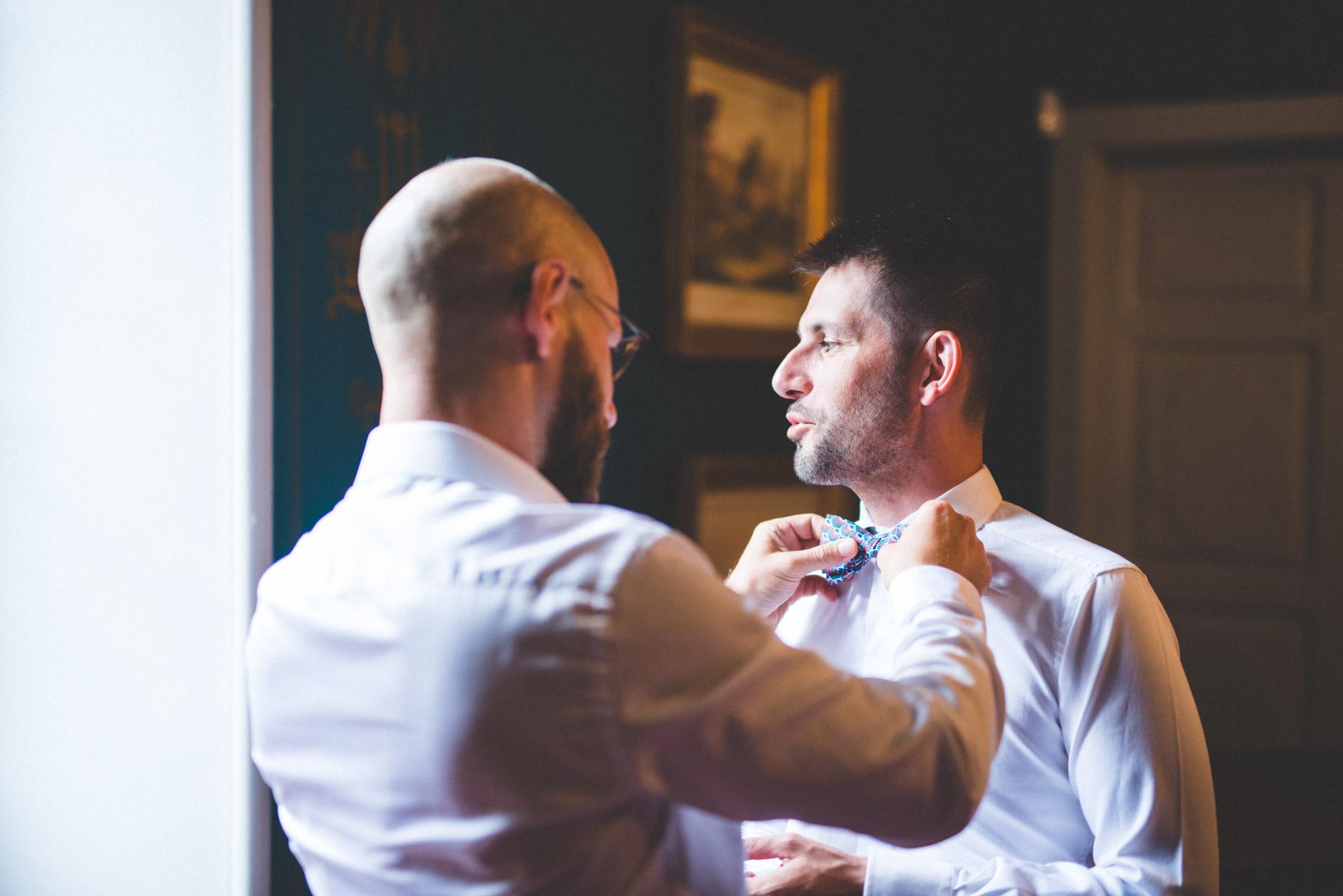 Photographe de mariage réalisant un photo-reportage pour des mariés.